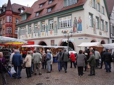Markt vor dem historischen Rathaus